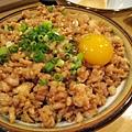 有大碗小碗可選,上面有一顆生蛋黃,不敢吃也可以請老闆不要加