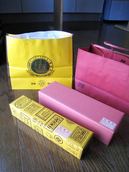 一般版カステラ是黃色紙袋配黃色盒,五三燒是紅色紙袋配紅色盒