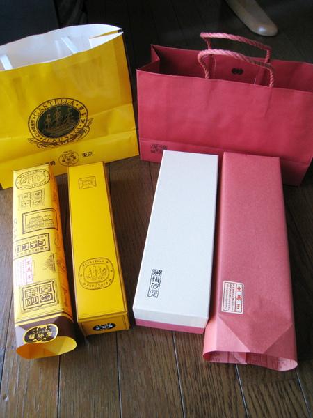 拆開包裝紙,裡面是同色系的紙盒,左邊的カステラ包裝相對比較精簡