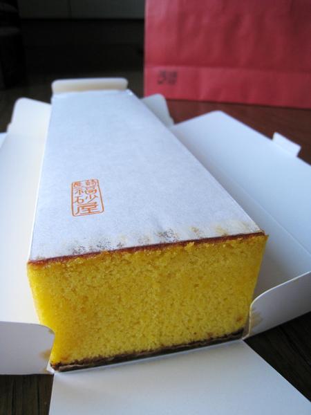 五三燒カステラ的蛋糕紙上有一個紅色「長崎福砂屋」商標印記