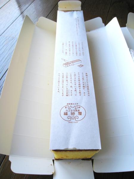 カステラ覆蓋的那層紙上有食用說明,指導該如何切出漂亮的蜂蜜蛋糕