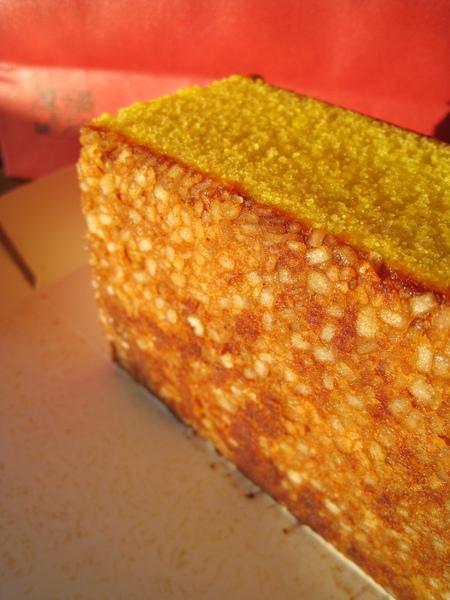 五三燒カステラ底部有層粗粒的雙目糖沉澱,咔滋咔滋有嚼勁