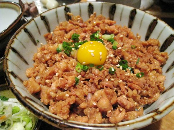 雞鬆飯上面有顆生鵪鶉蛋,朋友說口感很像台灣的滷肉飯,難怪我們會喜歡