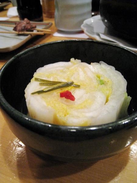 店家自製的白菜漬,清爽美味,和串燒很搭配