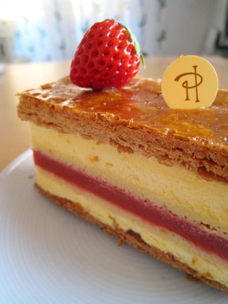 千層派皮酥脆,草莓幕斯餡酸酸甜甜,不會太甜膩