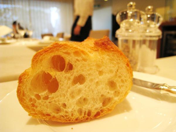 棍子麵包切片是烤過的,大白很喜歡。我個人比較愛柔韌有嚼勁的口感,它的皮對我而言稍嫌乾硬