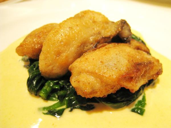 我的前菜:炸牡蠣佐咖哩奶油醬汁與菠菜。乍看長得很像春雞的牡蠣超鮮美