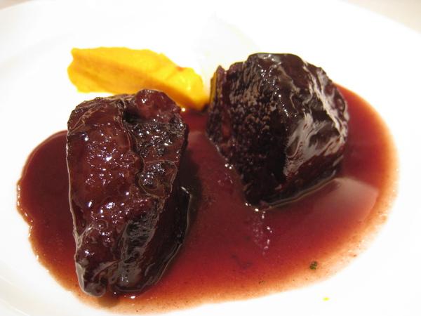 大白的肉類主菜:紅酒燉和牛頰肉佐蘋果泥與胡蘿蔔泥。和牛的臉頰肉入口即化,嫩到不可思議