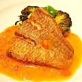 大白的魚類主菜:香煎いとより鯛佐番茄奶油醬汁與花椰菜。醬汁很美味