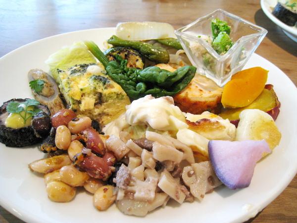 自助吧台第一盤:吃到飽的十幾種前菜,有葷有素,裝了滿滿一大盤很醜,實際上清淡又美味