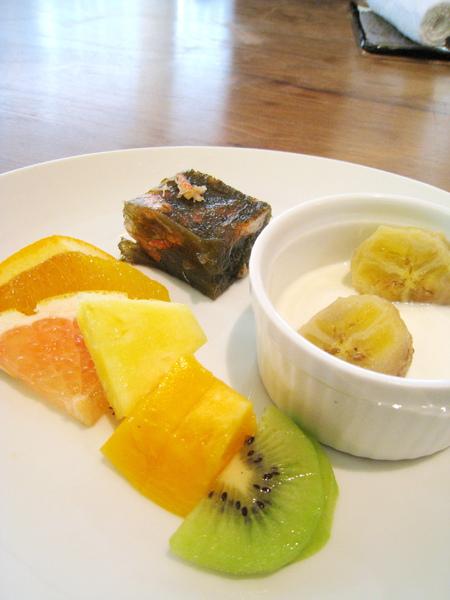 自助吧台第三盤:左邊是綜合水果切片,黑色那塊是蟹肉髮菜凍,右邊是香蕉優格