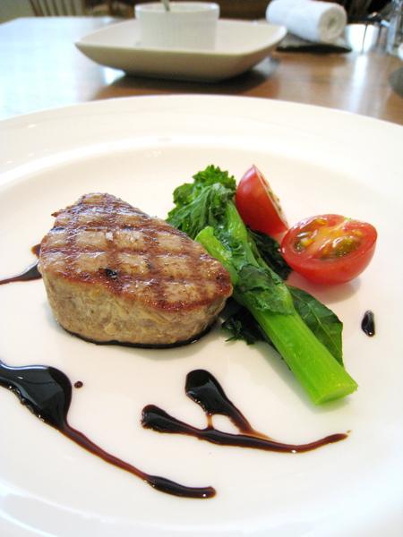 我的主菜:色澤很像牛排的烤鰹魚,搭配花菜和小番茄。今天的魚肉有點乾硬我沒有很愛