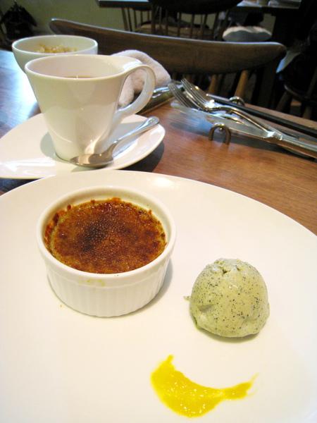 大白的餐後甜點:青汁烤布蕾和青汁冰淇淋,我很愛這款烤布蕾,偷挖好幾口
