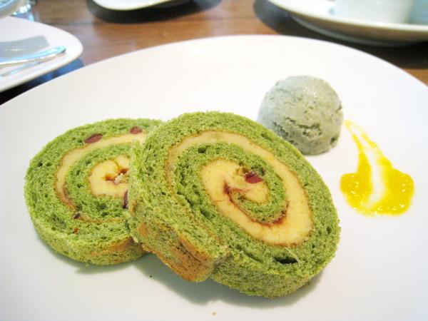 我的餐後甜點:紅豆番薯青汁蛋糕捲和青汁冰淇淋。冰淇淋我沒吃,蛋糕捲稍嫌乾了點