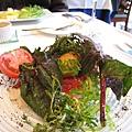 我的前菜:槍烏賊鑲紅芯蘿蔔絲,佐番茄醬汁、新鮮番茄與生菜