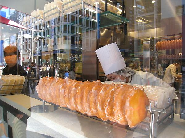 開放式的透明廚房,站在街上就可以看到正在烤的超大年輪蛋糕