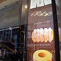 店外招牌上有主要產品的照片和英文名稱