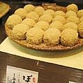 這也是牡丹餅(ぼたもち),外面加裹了一層黃豆粉。252円。