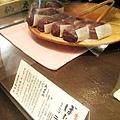 牡丹餅(ぼたもち),252円。外層是紅豆,內饀有紫蘇葉和白糯米