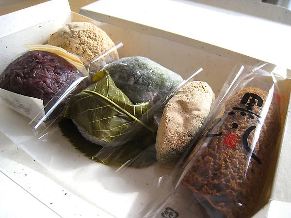 左起:牡丹餅(兩種口味)、麩餅、櫻餅、よごみ、黑蒸糕