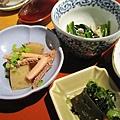 午間定食附的三樣小菜:大根煮佐章魚腳、芝麻小松菜拌鮮菇、昆布佐野澤菜漬物