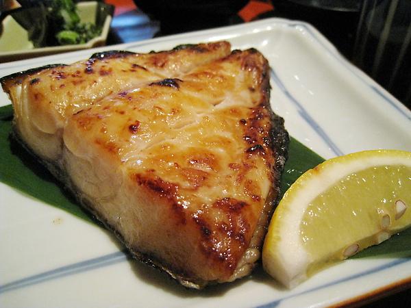 香嫩肥美的黑鯥魚和檸檬是絕配