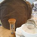 咖啡色的茶壺保溫套,還有計時沙漏