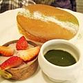 三、四月限定的抹茶紅豆舒芙蕾,紅豆鮮奶油藏在草莓下,綠色的是抹茶醬