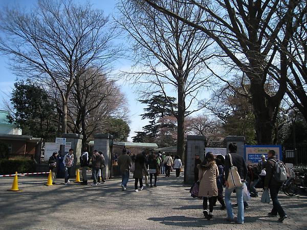 新宿御苑有很多個入口,我們從「新宿門」進入