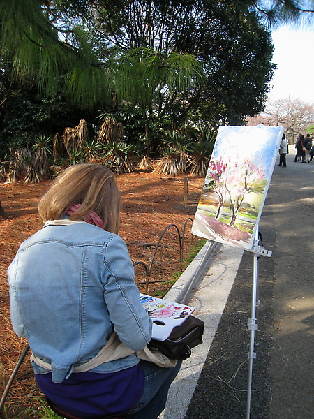 也有很多人在園內作畫