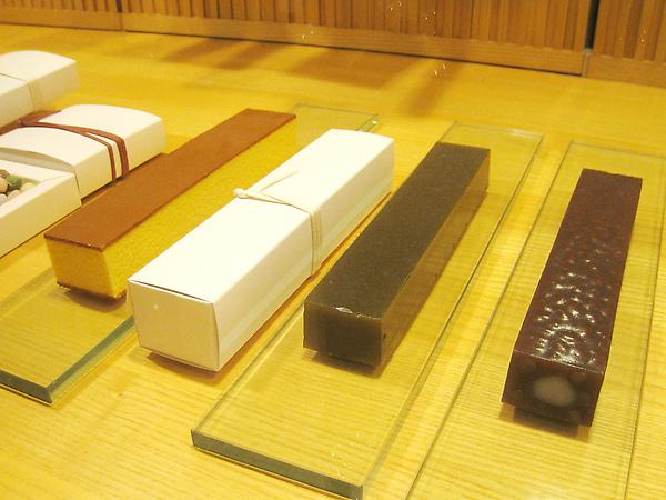 左起「Castilla」(蜂蜜蛋糕) 、「濃茶」(抹茶羊羹)、「香海」(紅豆羊羹),各840日圓