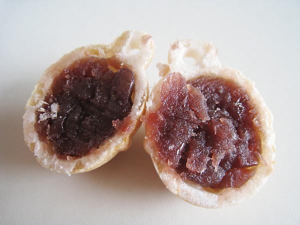 鈴乃最中斷面,裡面包紅豆餡,大白很喜歡,但我本來就沒有很愛吃最中,沒什麼特別感覺