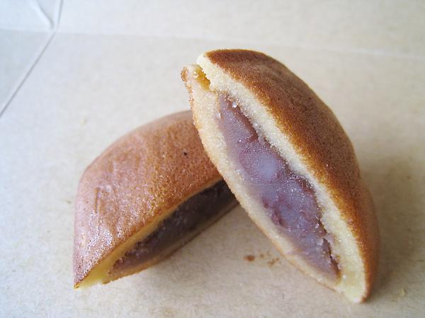 鈴乃〇餅外皮有點Q,裡面包紅豆餡,是今天買的幾種中我最喜歡的一品