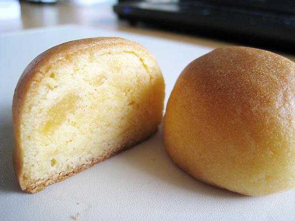 「ボーロ」的內餡加了蛋黃和煉乳,很甜