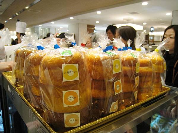 櫃檯上有已經包裝好的甜甜圈組合,照片中這排是北海道鮮奶、南瓜、可可亞巧克力口味