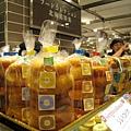 聽說鹽味焦糖口味人氣第一,我們就挑了這包,三個甜甜圈共630日圓