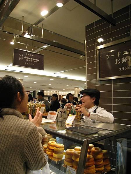 來自北海道中標津的甜甜圈店siretoco donuts,在新宿伊勢丹美食街的「北海道特集」(3/24~3/30)設臨時櫃