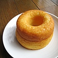側面照可以看出長得比一般甜甜圈高,口感很像較濕潤的蛋糕,好好吃唷