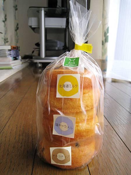 吃完後悔怎麼沒多買幾個,三個甜甜圈兩個人分根本不夠嘛﹝哭﹞