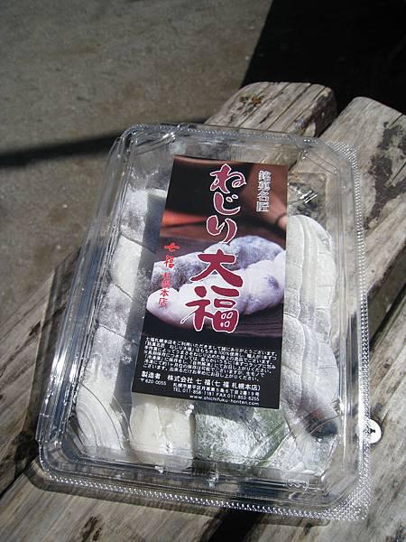 這盒大福不是圓圓胖胖的一般大福,而是做成辮子型的扭結大福