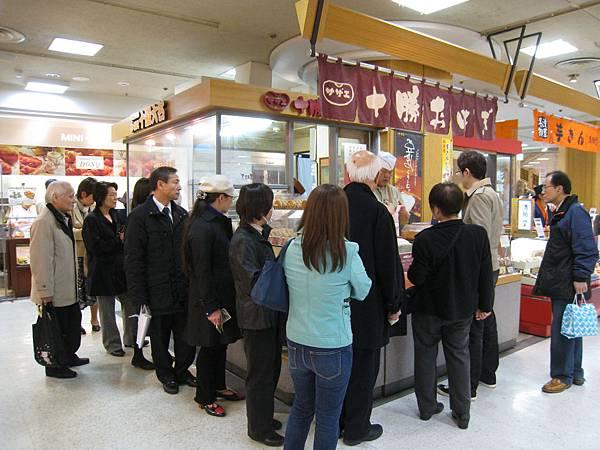 去上野公園賞櫻前,先逛上野松坂屋百貨美食街,赫然發現某個專櫃前萬頭鑽動