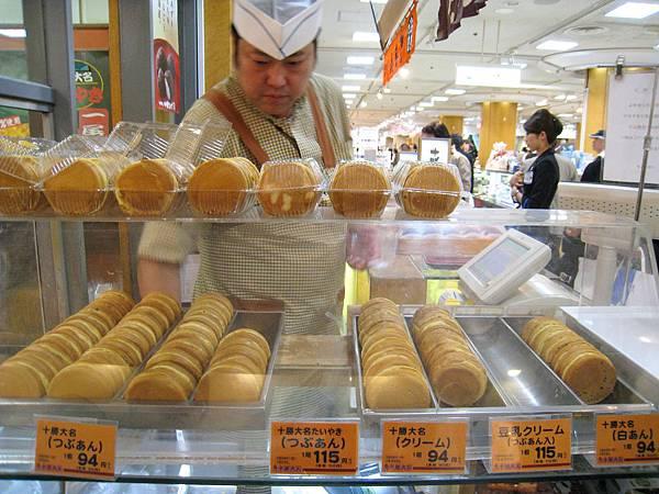 紅豆粒餡94円、豆乳奶油餡(裡面也有紅豆)115円、白豆餡94円、奶油餡94円