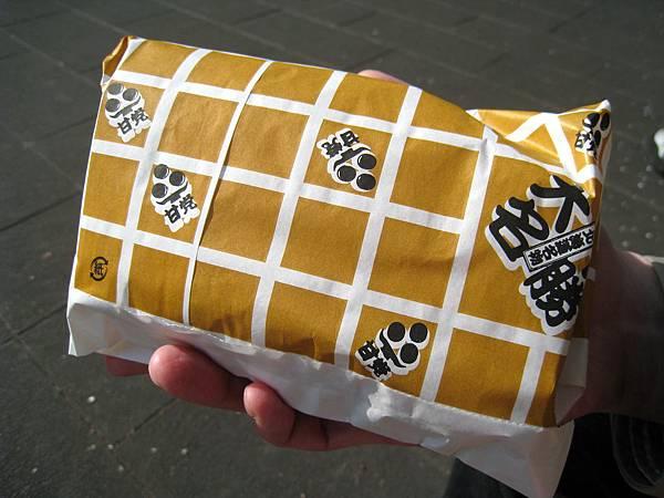 十勝大名的包裝紙。在上野公園找了個角落坐下,就地野餐