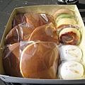 買了六個銅鑼燒,兩個小兔饅頭、一個最中、三種燒菓子