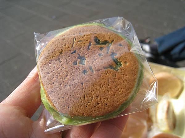 茶通(ちゃつう),抹茶味外皮搭配胡麻風味的黑餡,120円