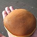 用來當比例尺的是大白的大手掌,可以看出銅鑼燒尺寸不小