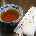 熱茶、毛巾和免洗竹筷