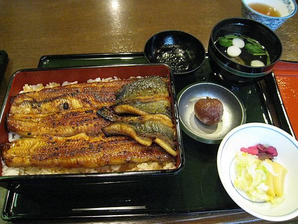 套餐內容有:清湯、漬物、鰻重、荔枝一顆,還有免費的熱茶