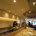 氣氛悠閒舒適,服務生和店長態度親切,女服務生英文程度不錯