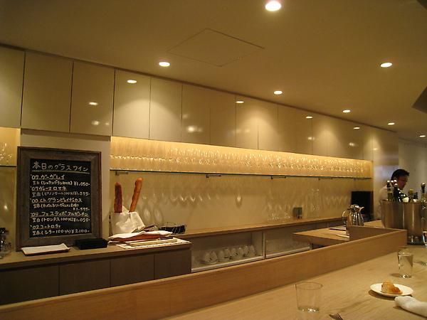 吧台後陳列大量酒杯,這家餐廳的酒藏想必挺豐富